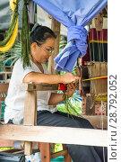 Купить «Ткачиха. Изготовление гобелена. Азия», фото № 28792052, снято 21 июля 2018 г. (c) Александр Романов / Фотобанк Лори