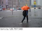 Купить «Пешеход под зонтом переходит дорогу по глубокой воде во время сильного ливня. Новый Арбат, Москва», фото № 28797540, снято 19 июля 2018 г. (c) Pukhov K / Фотобанк Лори