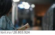 Купить «Girl waiting for her train and reading a book, slow motion», видеоролик № 28803924, снято 22 июля 2018 г. (c) Константин Шишкин / Фотобанк Лори