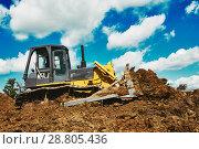 Купить «bulldozer earthmover working with clay or soil», фото № 28805436, снято 9 июля 2008 г. (c) Дмитрий Калиновский / Фотобанк Лори