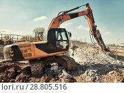 Купить «hydraulic breaker hammer excavator at demolition work», фото № 28805516, снято 21 апреля 2018 г. (c) Дмитрий Калиновский / Фотобанк Лори