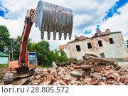 Купить «excavator crasher machine at demolition on construction site», фото № 28805572, снято 26 июня 2018 г. (c) Дмитрий Калиновский / Фотобанк Лори