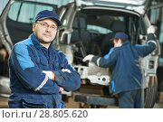 Repairman auto mechanic at car service garage. Стоковое фото, фотограф Дмитрий Калиновский / Фотобанк Лори
