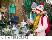 Woman with daughter looking at floral decoration at Cristmas fair. Стоковое фото, фотограф Яков Филимонов / Фотобанк Лори
