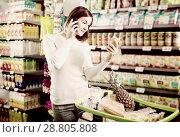 Купить «Customer telephoning to consult», фото № 28805808, снято 23 ноября 2016 г. (c) Яков Филимонов / Фотобанк Лори