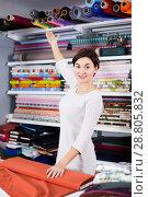 Купить «Seller measuring cloth», фото № 28805832, снято 4 января 2017 г. (c) Яков Филимонов / Фотобанк Лори