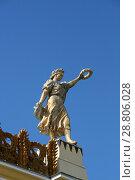 Купить «Скульптура девушки с лавровым венком на фоне синего неба. Фрагмент павильона №58 «Земледелие» (До 1964 года — «Украинская ССР»). Москва, ВДНХ», эксклюзивное фото № 28806028, снято 9 мая 2018 г. (c) Щеголева Ольга / Фотобанк Лори