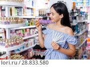 Купить «Girl with testers in perfumery, choosing perfume in cosmetic shop», фото № 28833580, снято 21 июня 2018 г. (c) Яков Филимонов / Фотобанк Лори