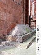 Купить «Надгробие на могиле Иммануила Канта. Калининград», эксклюзивное фото № 28833852, снято 13 июля 2018 г. (c) Александр Щепин / Фотобанк Лори
