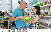 Купить «Portrait of smiling couple purchasing pet bowls in pet shop», видеоролик № 28835680, снято 24 мая 2018 г. (c) Яков Филимонов / Фотобанк Лори
