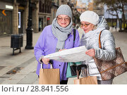Elderly women tourists with city guide. Стоковое фото, фотограф Яков Филимонов / Фотобанк Лори