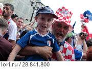 Купить «Москва, Хорватский фанат держит мальчика Француза на Никольской улице в преддверии финального матча Франция-Хорватия», эксклюзивное фото № 28841800, снято 14 июля 2018 г. (c) Дмитрий Неумоин / Фотобанк Лори