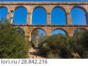 Купить «Roman aqueduct in city of Taragona in summer», фото № 28842216, снято 31 января 2018 г. (c) Татьяна Яцевич / Фотобанк Лори