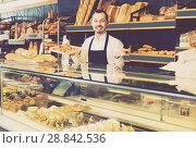 Купить «Baker demonstriruet pastries and sweets», фото № 28842536, снято 26 января 2017 г. (c) Яков Филимонов / Фотобанк Лори