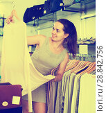 Купить «Girl in apparel store», фото № 28842756, снято 26 сентября 2016 г. (c) Яков Филимонов / Фотобанк Лори