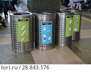 Купить «Контейнеры для раздельного сбора мусора на Ярославском вокзале. Москва», фото № 28843176, снято 14 мая 2018 г. (c) Ирина Борсученко / Фотобанк Лори
