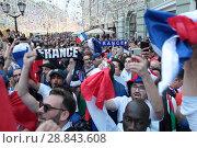 Купить «Французы в день финального футбольного матча Франция-Хорватия на Никольской в Москве», эксклюзивное фото № 28843608, снято 14 июля 2018 г. (c) Дмитрий Неумоин / Фотобанк Лори