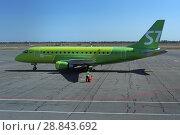 Самолет авиакомпании S7 - Siberia Airlines Embraer EMB-170/175 в международном аэропорту города Астрахани (бортовой номер VQ-BYW) (2018 год). Редакционное фото, фотограф Алексей Гусев / Фотобанк Лори