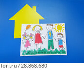 Семейная ипотека. Рисунок счастливой семьи и бумажный домик. Стоковое фото, фотограф ViktoriiaMur / Фотобанк Лори
