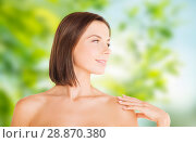 Купить «beautiful bare woman over green natural background», фото № 28870380, снято 25 июля 2013 г. (c) Syda Productions / Фотобанк Лори
