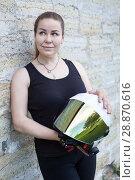 Купить «Портрет девушки с мотоциклетным шлемом», фото № 28870616, снято 16 июня 2018 г. (c) Кекяляйнен Андрей / Фотобанк Лори