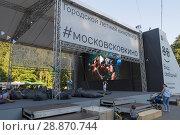 Купить «Городской летний кинотеатр в измайловском парке», фото № 28870744, снято 1 августа 2018 г. (c) Дмитрий Рыженков / Фотобанк Лори