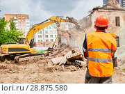 Купить «excavator crasher machine at demolition on construction site», фото № 28875580, снято 7 июля 2018 г. (c) Дмитрий Калиновский / Фотобанк Лори
