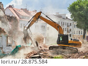 Купить «excavator crasher machine at demolition on construction site», фото № 28875584, снято 7 июля 2018 г. (c) Дмитрий Калиновский / Фотобанк Лори