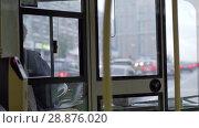 Купить «View to bus cabin with female driver and road traffic», видеоролик № 28876020, снято 20 сентября 2019 г. (c) Данил Руденко / Фотобанк Лори