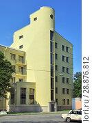Купить «Здание в стиле конструктивизма (1930-е гг.) Кронштадт», фото № 28876812, снято 2 августа 2018 г. (c) Oles Kolodyazhnyy / Фотобанк Лори