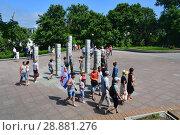 Купить «Люди гуляют на Спортивной набережной у 7 столбов, символизирующих 7 сопок, на которых построен Владивосток», фото № 28881276, снято 29 июля 2018 г. (c) Овчинникова Ирина / Фотобанк Лори