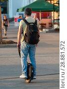 Купить «Мужчина едет на моноколесе», фото № 28881572, снято 2 августа 2018 г. (c) Сергей Неудахин / Фотобанк Лори
