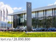 Купить «Официальный дилер Mercedes-Benz в Екатеринбурге», фото № 28890800, снято 5 декабря 2019 г. (c) Евгений Ткачёв / Фотобанк Лори