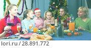 Купить «Happy family is drinking in time celebration New Year», фото № 28891772, снято 28 декабря 2017 г. (c) Яков Филимонов / Фотобанк Лори