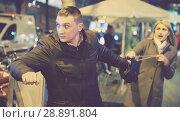 bandit is stole the handbag from woman. Стоковое фото, фотограф Яков Филимонов / Фотобанк Лори