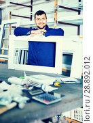 Купить «Professional labour with finished PVC profiles and windows at factory», фото № 28892012, снято 30 марта 2017 г. (c) Яков Филимонов / Фотобанк Лори