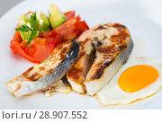 Купить «Fried salmon on white plate with fried egg, tomatoes, avocado», фото № 28907552, снято 22 августа 2018 г. (c) Яков Филимонов / Фотобанк Лори