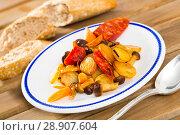 Купить «Spanish potato fried with mushrooms and sausage chorizo», фото № 28907604, снято 16 октября 2018 г. (c) Яков Филимонов / Фотобанк Лори