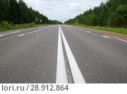 Купить «Асфальтированная дорога с двойной сплошной линией», фото № 28912864, снято 25 июля 2018 г. (c) Елена Коромыслова / Фотобанк Лори