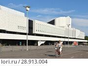 Купить «Finlandia Hall, congress and event venue on Toolonlahti Bay. Cyclist. Хельсинки», фото № 28913004, снято 19 июля 2018 г. (c) Валерия Попова / Фотобанк Лори