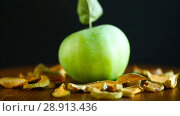 Dried apples in a bowl with a fresh apple. Стоковое видео, видеограф Peredniankina / Фотобанк Лори