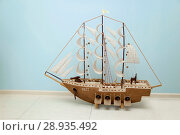 Деревянная модель игрушка корабля. Редакционное фото, фотограф Махсумов Шамиль / Фотобанк Лори