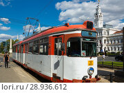 Купить «Tram in Arad on town hall square», фото № 28936612, снято 13 сентября 2017 г. (c) Яков Филимонов / Фотобанк Лори
