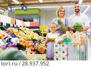 Купить «Family choosing fruits in hypermarket», фото № 28937952, снято 14 августа 2018 г. (c) Яков Филимонов / Фотобанк Лори