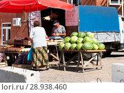 Купить «Уличная торговля овощами, арбузами, фруктами. Вышний Волочек», эксклюзивное фото № 28938460, снято 5 августа 2018 г. (c) Александр Щепин / Фотобанк Лори