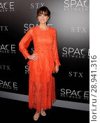 Carla Gugino (wearing a Maria Lucia Hohan dress) at arrivals for THE SPACE BETWEEN US Premiere, Arclight Hollywood, Los Angeles, CA January 17, 2017. Photo By: Dee Cercone/Everett Collection. Редакционное фото, фотограф Dee Cercone/Everett Collection / age Fotostock / Фотобанк Лори