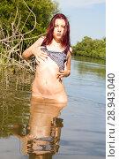 Купить «Обнаженная девушка купается в реке», фото № 28943040, снято 13 августа 2018 г. (c) Момотюк Сергей / Фотобанк Лори