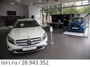 Купить «Exhibited cars in the Mercedes salon, in front a Mercedes GLA, in the back a smart fortwo», фото № 28943352, снято 22 августа 2016 г. (c) Caro Photoagency / Фотобанк Лори
