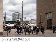 Berlin, Germany, passers-by between Galeria Kaufhof and Haus Berolina at Alexanderplatz in Berlin-Mitte (2017 год). Редакционное фото, агентство Caro Photoagency / Фотобанк Лори