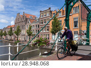 Leiden, Netherlands, Kerkbrug and Gracht in the old town in Leiden (2017 год). Редакционное фото, агентство Caro Photoagency / Фотобанк Лори